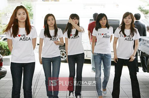 Wonder Girls doing their bit for charity