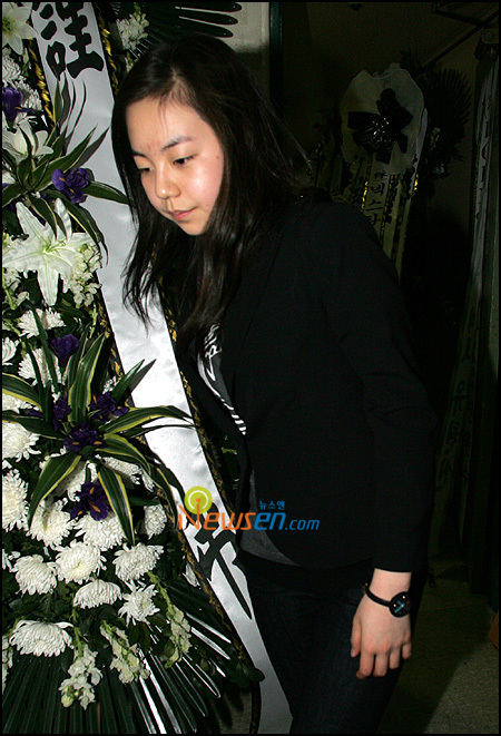 So Hee pays her respect